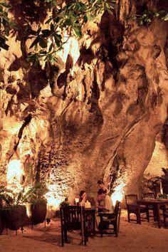 """Das Restaurant """"The Grotto"""", das zum Rayavadee Resort in Krabi (Thailand) gehört, liegt in einer Höhle unter den Kalksteinfelsen direkt am Strand und bietet eine einzigartige Atmosphäre."""