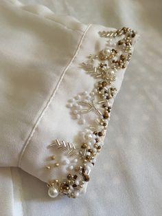 Bead Embroidery Tutorial, Bead Embroidery Patterns, Embroidery Jewelry, Hand Embroidery Designs, Beaded Embroidery, Kurti Embroidery Design, Couture Embroidery, Embroidery Suits, Embroidery Fashion