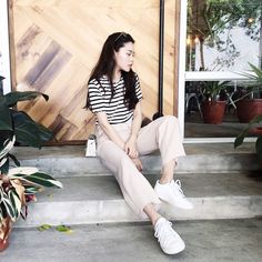 Casual Chic Fashion #Outfit #sarachu_ #Akiwarinda Casual Chic Style, White Jeans, Pants, Outfits, Fashion, Trouser Pants, Moda, Suits, Fashion Styles