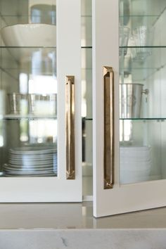 7 Places to Shop for Modern, Minimal Cabinet Hardware kitchen hardware Classic Kitchen, New Kitchen, Brass Kitchen, Kitchen Ideas, Kitchen Themes, Kitchen Decor, Kitchen Pulls, Kitchen Cupboard, Kitchen Units