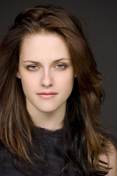 Her hair and face in Twilight: By the way, on the picture above it is not her real hair! Her hair and face in New Moon: Her hair a. Nikki Reed, Zooey Deschanel, Hollywood Celebrities, Hollywood Actresses, Olivia Wilde, Beautiful Celebrities, Beautiful Actresses, Die Twilight Saga, Vampire Twilight