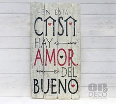 Letrero vintage | EN ESTA CASA HAY AMOR DEL BUENO Wood Crafts, Diy And Crafts, Arts And Crafts, Bohemian Art, Wood Signs, Decoration, Projects To Try, Sweet Home, Lettering