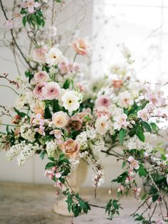wedding centerpieces More hints Large Floral Arrangements, Wedding Arrangements, Floral Centerpieces, Flower Centrepieces, Spring Flower Arrangements, Ikebana Arrangements, Centerpiece Wedding, Spring Wedding Flowers, Floral Wedding