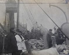 The priest read prayers over the bodies of the victims of the Titanic (1912)