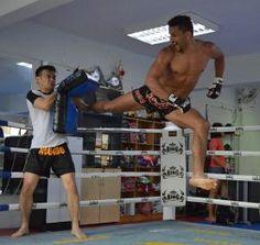 Master Barbod training #Muay Thai http://www.gnahafu.fr/barboduk/