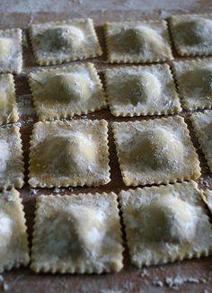 Ravioli. Pasta fresca all'uovo. Cucina italiana-emiliana.
