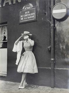By Gérard Decaux -Kim Novak with Kodak Instamatic, 1965 Vintage Mode, Moda Vintage, Vintage Paris, Vintage Style, Fashion Moda, 1950s Fashion, Vintage Fashion, Victorian Fashion, Fashion Fashion