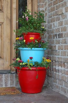 48 ideas for small apartment patio flower pots Tiered Planter, Tiered Garden, Balcony Garden, Garden Planters, Herb Garden, Front Yard Decor, Front Porch, Front Doors, Front Entry