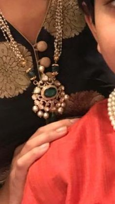 Mom Jewelry, Jewelry Model, India Jewelry, Pearl Jewelry, Beaded Jewelry, Emerald Jewelry, Gold Jewellery, Pearl Necklace Designs, Indian Jewellery Design