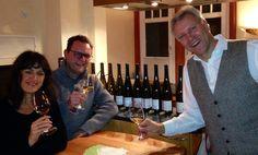 Frank John, rechts, mit uns Weinfreunden. Selfie à la Christian Schiller. https://pfalzweinproben.wordpress.com/2014/12/11/frank-john-vertikale-11-jahre-11-rieslinge-2003-2013/