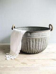 Amazing ribbed metal tub/bucket with rope handles. Great for plants, or to hold towels or magazines. Great overall condition with light rust, handle in great condition. Metal Vintage, Metal Tub, Metal Bowl, Deco Retro, Ivy House, Galvanized Metal, Galvanized Buckets, Galvanized Decor, Industrial Style