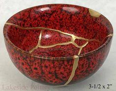 Kintsugi / Kintsukuroi, traditional wabi-sabi Japanese ceramic art repair using gold and lacquer as an alternative to masking broken ceramic and pottery Kintsugi, Japanese Ceramics, Japanese Pottery, Ceramic Pottery, Ceramic Art, Art Installation, Japanese China, Pottery Gifts, Traditional Japanese Art