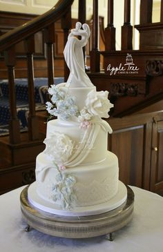Cohen & Lloyd wedding cake at Gosfield Hall, Essex.  Swags, roses, sweet peas and buds.