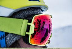 Reflexion von drei Skifahrern in einer Skibrille, Andermatt, Uri, Schweiz
