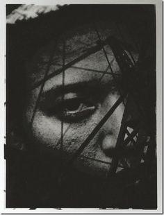 Gaze 1931. Nakaji Yasui fotógrafo japonés (1903 - 1942). Sus comienzos estuvieron ligados al Club Fotográfico Naniwa, uno de los grupos de aficionados más importantes de Osaka, realizando sus primeras obras bajo la influencia del pictorialismo, empleando el bromóleo y la goma bicromatada. En 1930 fue  fundador del Club Fotográfico Tampei. Tras la impresión que le causó la exposición Film und Foto adoptó el estilo de la Nueva Objetividad, realizó fotomontajes y fotogramas a los que denominó…