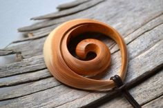Basic wood carved so beautiful - carving Wooden Necklace, Wooden Jewelry, Wood Projects, Woodworking Projects, Woodworking Plans, Carving Designs, Wood Creations, Bone Carving, Wooden Art