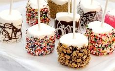 How to Make Marshmallow Pops. If you think a cake pop is a delicious dessert but too decadent or difficult to make, then the marshmallow pop is perfect for you. To make a marshmallow pop, all you need is a bag of marshmallows, a wooden. Buffet Dessert, Candy Buffet, Dessert Tables, Food Buffet, Candy Table, Dessert Party, Birthday Party Snacks, Snacks Für Party, Birthday Ideas