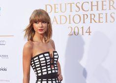 Countrymusik-Star Taylor Swift posiert auf dem Roten Teppich vor der Verleihung des Deutschen Radiopreises in Hamburg. Foto: dpa
