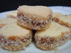 Receita super fácil e rápida  Ingredientes  100 g de margarina 1/2 xícara de açúcar 4 gemas Raspas da casca de 1 limão 1 e 3/4 xícaras de amido de milho 1/2 xícara de