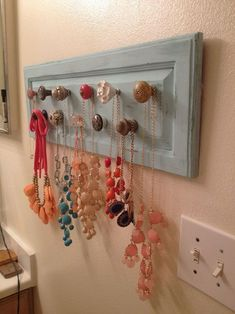 Super Easy Necklace Organizer Ideas - About jewelry organizer diy Diy Necklace Display, Necklace Hanger, Hanging Necklaces, Diy Jewelry Holder, Hanging Jewelry Organizer, Diy Necklace Holder, Diy Organizer, Necklace Ideas, Pearl Necklace