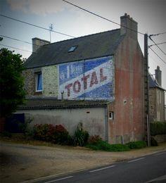 Trofeunteun, lieu-dit situé entre Saint-Pol-de-Léon et Roscoff (Finistère). Octobre 2011. Garage Pub, Garage Logo, Commercial Signs, French Signs, Old Pub, Old Commercials, French Architecture, Old Signs, Ghost Towns