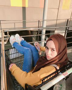 hijaber galau #hijabfashionista Muslim Fashion, Hijab Fashion, Hijab Jeans, Hijab Tutorial, Hijab Outfit, Ootd, Woman, Model, Outfits