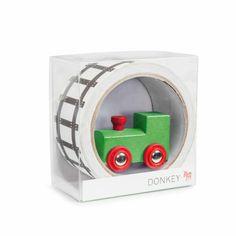 My First Train ist die erste Bahnstrecke fürs Kinderzimmer und unterwegs. Das Eisenbahn-Klebeband hat einen Schienenaufdruck und lässt sich zu meterlangen Zugstrecken und Gleisen ausrollen. Dazu gibt es eine Spielzeuglokomotive. Für kleine Lokführer ab etwa 3 Jahren geeignet. Bekommt ihr bei uns im Shop: https://www.wie-einfach.de/cgi-bin/adframe/leben/ProductDisplay?PROD_ID=10000176&CAT1=leben&CAT2=kinder