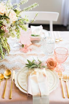Elegant rose gold table setting- woudl e so pretty for a shower, brunch, vintage look, etc Beautiful Table Settings, Wedding Table Settings, Place Settings, Round Table Settings, Wedding Tables, Reception Table, Wedding Receptions, Centerpiece Christmas, Christmas Tables