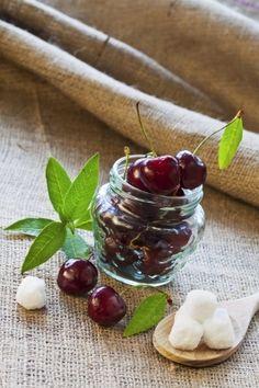 Na čerešňový kompót by sme mali použiť tmavočervené odrody. Fruit Preserves, Glass Jars, Berries, Cherry, Strawberry, Pudding, Vegetables, Desserts, Food