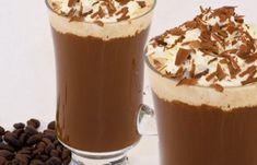 1 colher (chá) de gelatina sem sabor 1 xícara (chá) de café pronto frio 1 Lata de creme de leite gelado e sem soro 7 colheres (sopa) de açúcar Chantilly a gosto para acompanhar Hidrate a gelatina no…