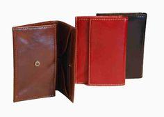 Praktická kožená peňaženka vyrobená z prírodnej kože. Kvalitné spracovanie a talianska koža. Ideálna veľkosť do vrecka a značková kvalita pre náročných. Overená kvallita pravej kože.  1 x vrecko na mince 1 x vrecko na platobné karty 1 x vrecko zadné  http://www.odora.eu/produkt/kozena-penazenka-c-8447/