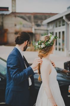 love this, @Chandra Fredrick @ Oh Lovely Day :)  pick fresh flowers and wrap into a halo for a free wedding hairpiece, photo from Mango Studios