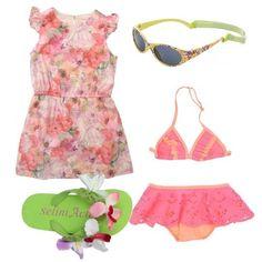Vestito+in+cotone+rosa+in+fantasia+cartoon+e+floreale,+delizioso+bikini+con+volant,+infradito+in+gomma+con+applicazioni+floreali+e+occhiali+da+sole.+La+nostra+piccoline+è+pronta+per+la+sua+giornata+al+mare.