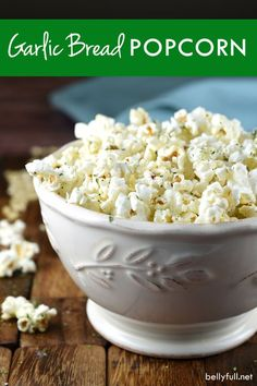 Two favorite comfort foods come together in this Garlic Bread Popcorn! (M&m Party Mix) Popcorn Toppings, Popcorn Snacks, Flavored Popcorn, Gourmet Popcorn, Popcorn Balls, Pop Popcorn, Popcorn Flavours, Homemade Popcorn Seasoning, Cheese Popcorn