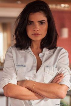 Para nova fase em 'A Regra do Jogo', a atriz Vanessa Giácomo cortou as madeixas apostando em um chanel alongado e fios volumosos