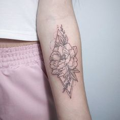Peony geometric tattoo by Irene Bogachuk ✨ - ~piercings and tattoos~ - Tattoo-Ideen Feminine Tattoos, Girly Tattoos, Mini Tattoos, Unique Tattoos, Beautiful Tattoos, Flower Tattoos, Small Tattoos, Symbolic Tattoos, Tattoo Ideas Flower