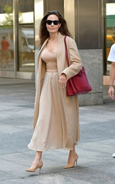 Why Angelina Jolie should be your new grown-up style muse Chic Outfits, Fashion Outfits, Womens Fashion, Angelina Jolie Style, Hollywood Fashion, Elegant Outfit, Elegant Woman, Up Styles, Brad Pitt