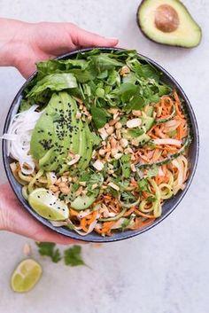 Summer Roll Bowl mit Erdnuss-Limetten-Sauce - rein pflanzlich, vegan, glutenfrei, vegetarisch, ohne raffinierten Zucker - de.heavenlynnheal...