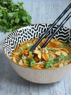 Bouillon léger et sain. A base de poulet, vermicelles et légumes aux saveurs thai. Un vrai régal.
