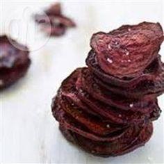 Rote Bete Chips - Diese gesunden rote Bete Chips schmecken als Snack oder Beilage und man kann sie auch super vor dem Fernseher knabbern. @ de.allrecipes.com