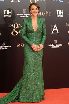 Paula Echevarría con un diseño de pailletes de Dolores Promesas, joyas de Tous y un recogido muy elaborado. #premiosGoya 2013