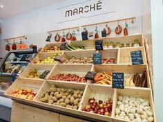 Стеллажи с продуктами в бакалейном магазинчике TERRE VAUDOISE в Швейцарии