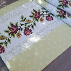 80 Likes, 10 Comments - Patish Bordado Floral, Cross Stitch Rose, Do It Yourself Projects, Baby Knitting Patterns, Dollar Stores, Handicraft, Table Runners, Hand Embroidery, Cross Stitch Patterns