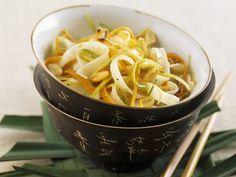Reisnudeln mit Gemüsestreifen ist ein Rezept mit frischen Zutaten aus der Kategorie Zwiebelgemüse. Probieren Sie dieses und weitere Rezepte von EAT SMARTER!