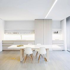 Whites, Wood + Brass. So sparsely styled and yet so much WARMTH? Amazing :) Love this kitchen by design house Obumex. Photo by Annick Vernimmen. Team DS. X #designstuff #kitcheninspo #minimalstyle #brasslove #obumex #qualitynotquantity