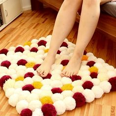 DIY pompom carpet-DIY Bommel-Teppich Fluffy: Make a bobble rug out of toilet paper rolls and wool. Diy Craft Projects, Diy Crafts For Home Decor, Diy Projects Videos, Diy Crafts Videos, Diy Videos, Hacks Videos, Diy Room Decor Videos, Homemade Wall Decorations, Cute Diy Room Decor