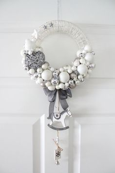 I like the big standout ornament, and the hanging ornaments. Christmas Advent Wreath, Driftwood Christmas Tree, Silver Christmas Decorations, Homemade Christmas Decorations, Christmas Mesh Wreaths, Christmas Crafts, Mery Chrismas, Homemade Advent Calendars, Diy Wreath