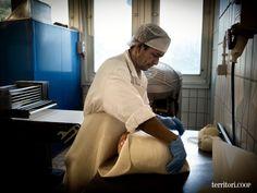 I #prosciutti sono avvolti in una crosta di pane, realizzata con acqua, farina e sale, e cotti in forno a 200 °C #mase #trieste