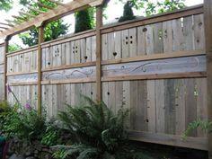 Clôture de jardin et pergola en bois aux éléments déco
