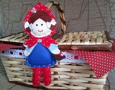 cestinha de pic nic... Mini cesta de pic-nic em vime, decorada com passa fitas e fita em cetim, tecido e boneca em feltro.